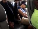 Cô gái gây sốc với màn tập yoga khi máy bay ở độ cao 9.000m