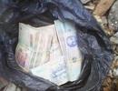 CSGT tìm chủ nhân bọc tiền đánh rơi trên đường