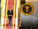 Khoảnh khắc Tổng thống Obama bước xuống sân bay Nội Bài