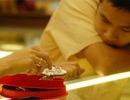 Giá vàng bật tăng mạnh, chênh lệch nới rộng