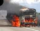 Xe khách cháy rụi trên cao tốc, gần 30 người hoảng loạn tháo chạy