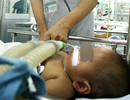 Bé 2 tuổi chết oan do chuyển viện chậm?