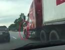 Kinh hãi Thượng úy CSGT bị xe container đẩy đi hàng trăm mét