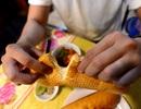 """Cách thưởng thức khác của """"Bánh mì Sài Gòn"""" khiến giới trẻ thích mê"""