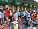 Mệt mỏi cao độ, xếp hàng chờ rút tiền ATM
