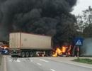 Hai xe ô tô bốc cháy ngùn ngụt sau cú va chạm