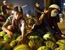 """Dưa hấu """"siêu rẻ"""" giá 6.000 đồng/kg đổ đống khắp vỉa hè Hà Nội"""