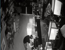 Trộm leo tường vào quán cà phê cuỗm tài sản trong đêm