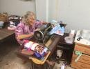 Cụ bà ngoài 90 tuổi vẫn ngồi máy khâu, miệt mài may chăn tặng người nghèo