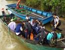 Không có cầu, học sinh phải đi thuyền đến trường trong mưa gió