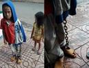 Phẫn nộ cảnh bé trai bị xích tay chân đi trên đường