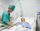 """""""Vượt biên"""" cứu bệnh nhân bị tai nạn nằm trước cửa tử"""
