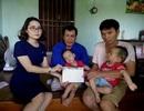 Trao thêm gần 81 triệu đồng đến người mẹ có hai con song sinh bại não