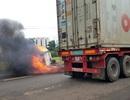 Tai nạn liên hoàn, xe tải chở hàng bị thiêu rụi giữa đường