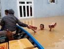 Nước lũ vẫn dâng cao hàng mét, nhiều nơi bị cô lập