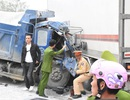 Dùng máy cắt đặc biệt giải cứu tài xế mắc kẹt trong cabin xe tải