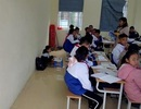 Cô giáo phạt nam sinh ngồi học dưới nền nhà vì không đeo khăn quàng đỏ