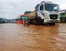 Quốc lộ ngập sâu sau trận mưa lớn
