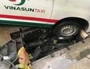 """Tài xế """"dính bẫy"""", taxi lọt hố công trình giữa Sài Gòn"""