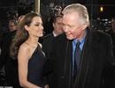 """Cha của Angelina Jolie đóng cảnh """"ăn chơi"""" ở tuổi 78"""