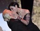 """Nụ hôn của """"người đẹp 52 tuổi"""" ấn tượng nhất đêm khai mạc Cannes"""
