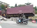 Phá cửa xe tải giải cứu tài xế mắc kẹt trong ca bin