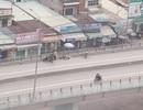 Va chạm với ô tô, người đi xe máy văng từ cầu vượt xuống đất