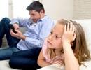 """Cha mẹ lạm dụng điện thoại """"bỏ rơi"""" con cái"""