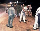 Nhiều CSGT thu dọn chất thải đổ ra quốc lộ 1 trong đêm