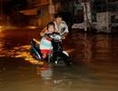 Người Sài Gòn dắt xe lội nước về nhà