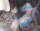 Cứu sống bé gái Syria từ đống đổ nát
