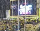 Cổ động viên SL Nghệ An đội mưa, đưa đội nhà đến chiến thắng
