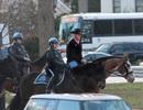 Bộ trưởng Mỹ cưỡi ngựa đi làm trong ngày đầu tiên