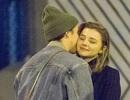 Con trai David Beckham ôm bạn gái trên phố