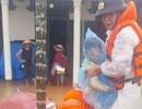 Khẩn cấp vào vùng lũ đưa cháu bé đi cấp cứu kịp thời