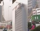 Cần cẩu xây dựng đổ vào tòa nhà cao tầng
