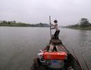 Nhọc nhằn nghề cào hến mưu sinh trên sông