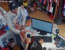"""""""Choáng"""" với cảnh trộm iPhone chớp nhoáng tại shop bán quần áo"""