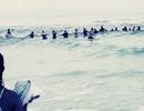 Cảm động 80 người nắm tay nhau chắn sóng cứu gia đình bị nước cuốn