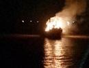 Tàu cá cháy ngùn ngụt trong đêm