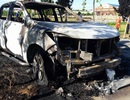 Xe bán tải bốc cháy dữ dội khi đang đậu bên đường