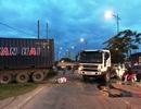 """Container """"đại náo"""" - biển báo, dây điện, dải phân cách... nằm la liệt"""