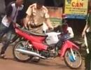 Nam thanh niên châm lửa đốt xe máy khi bị CSGT kiểm tra
