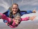 Cụ bà nhảy dù từ độ cao 3.000m để mừng sinh nhật tuổi 94