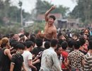 Hàng nghìn trai làng vượt rào lao vào cướp phết ở Hiền Quan