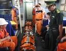 Vượt sóng dữ, xuyên đêm cứu hai thuyền viên bị nạn trên vùng biển Hoàng Sa