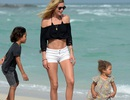Cựu thiên thần Victoria's Secret vui đùa cùng con trên biển