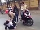 Nữ sinh cấp 3 bị hành hung trước cổng trường do đòi nợ thay bố mẹ
