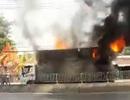 Xe tải chở bật lửa bất ngờ bốc cháy trên quốc lộ