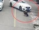 Nam sinh thoát chết dưới gầm ô tô nhờ... đeo ba lô
